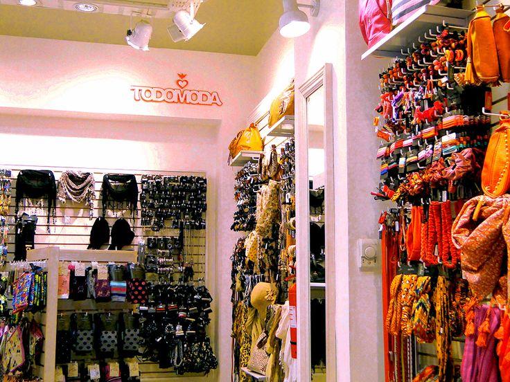 En nuestra tienda Todo Moda, SALE hasta un 50% de descuento en tu colección Otoño Invierno. Pañuelos, collares, argollas y cientos de accesorios en promoción para ti!. ¿Qué estas esperando?, ven a Mall VIVO El Centro a disfrutar de esta gran oportunidad!. ;)