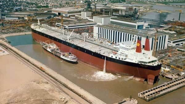 The Pierre Guillaumat supertanker was arguably larger than the Seawise Giant, at a massive 274,838 gross tons. It was only 414.23 meters long, and frankly, it was just as oversized as any other gigantic suprtanker. It was too big for the Panama or Suez Canals and had to moor at offshore oil rigs