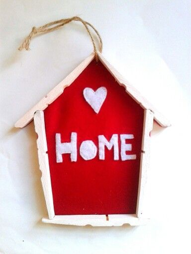 Decorazione Dadamour per la casa. Casetta realizzata con mollette in legno e feltro.  Puoi seguirmi su: www.facebook.com/dadamourpa