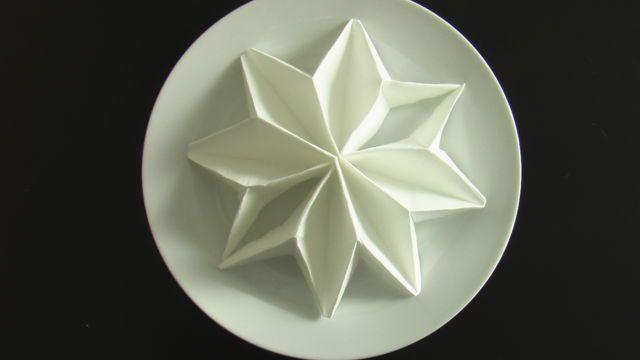 Envie de fleurir votre décoration de table ? Et si vous réalisiez un joli pliage de serviette en forme de poinsettia, cette jolie plante en forme d'étoile ?