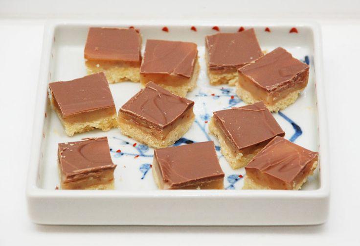 Opskrift på hjemmelavet Twix konfekt med kiks, karamel og chokolade.