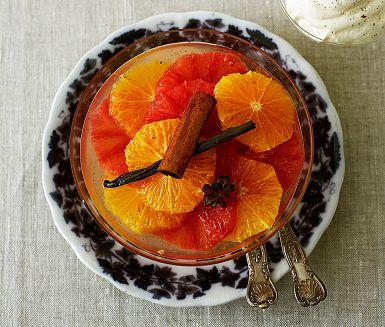 Fräsch citrussallad på skivad apelsin och blodgrape. Citrussalladen får marinera i en kryddig lag med vanilj, stjärnanis och kanel. Perfekt att servera med en klick vispad grädde smaksatt med mandellikör och kanske en knaprig italiensk amaretti-kaka.