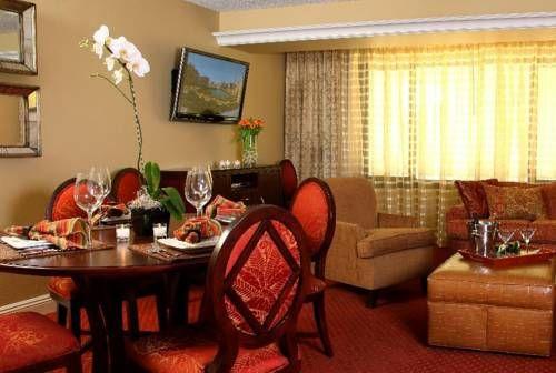 Jockey Club Suites Questo hotel è situato sulla Strip di Las Vegas tra il City Center e il Bellagio. È dotato non richiede supplementi, una piscina all'aperto, una palestra ben attrezzata, e suite con un kitchen.The completamente attrezzata spaziose con una o due camere da letto suite offrono un lettore DVD e TV satellitare a schermo piatto con connessione WiFi gratuita e un lettore CD. Le suite hanno anche una zona pranzo e un albergo divano bed.The dispone di un prestito ...leggi di più