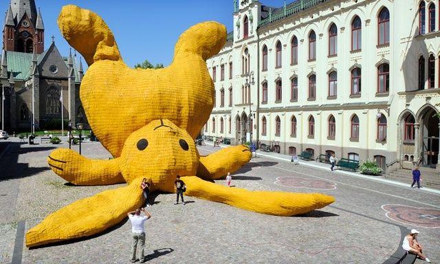 Florentijn Hofman, Big Yellow Rabbit, 2011.