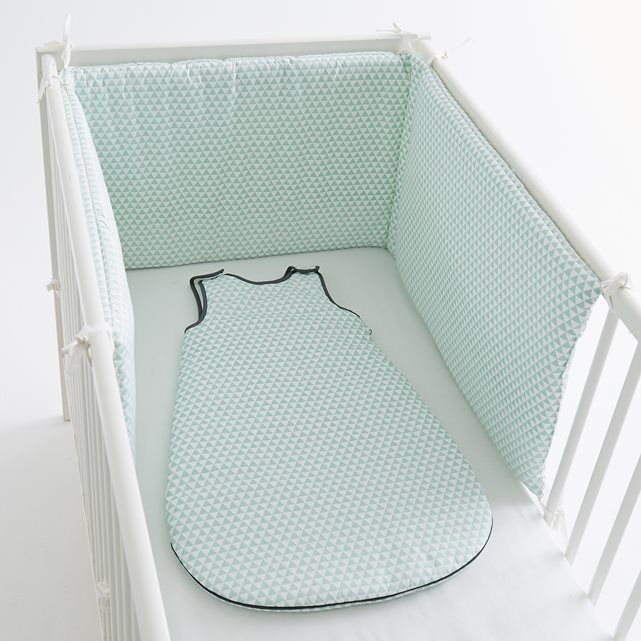 Tour de lit motif géométrique R baby : Le tour de lit en pur coton percale. 3 panneaux à fixer au lit par des liens à nouer. Dimensions : 40 x 180 cm. Ce tour de lit est adaptable aux lits à barreaux 60 x 120 cm et 70 x 140 cm.