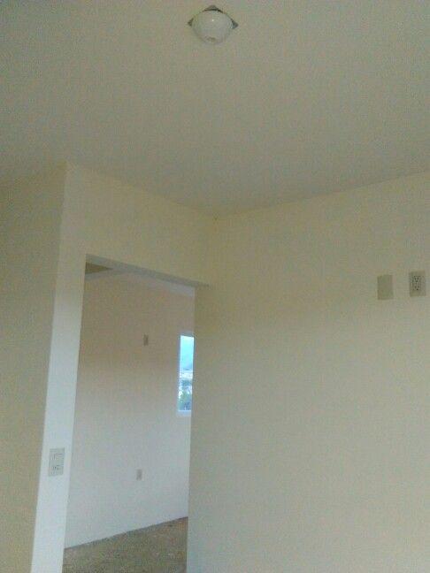 Aplanados interiores en muros y plafones de yeso hidráulico acabado pulido.