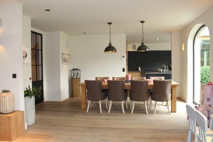 Prachtige, in uiterste luxe afgewerkte recente villa in een rustige straat, GV: ruime inkomhal, grote woonkamer met kwalitatief afgewerkte open keuken (in vo