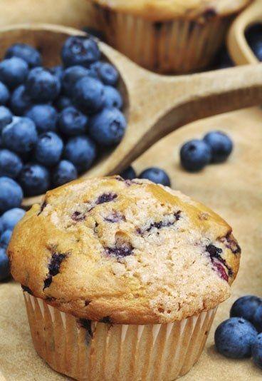 Heidelbeer-Muffins - 10 Muffin Rezepte - Der Klassiker aus den USA: Heidelbeer- beziehungsweise Blueberry-Muffins. Unser Tipp für Sie: Mischen Sie noch einige Schokostückchen unter den Teig. Schokolade und Heidelbeeren schmecken super zusammen...