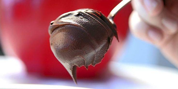 SJOKOLADESAUS: Med litt sjokolade, vann og noen isbiter kan du lage en fantastisk sjokoladedessert.