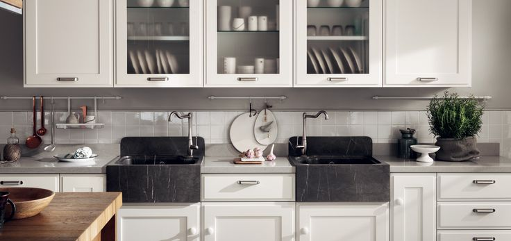 A natural, timeless style that is never over the top: the double sink in Grey stone and the wall units with glass doors portray this to perfection. The satin-finish handles, teamed with Prestige White lacquered knobs, are details that lend the kitchen a personal touch. Shabby chic kitchen ideas.