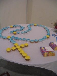 Create an edible rosary with cupcakes for your First Communion celebration #firstcommunion #religious