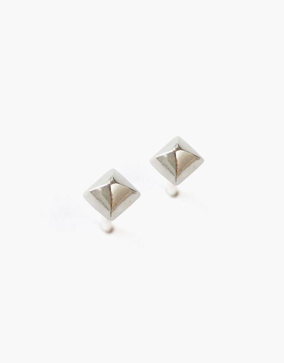Boucles d'oreilles petites pyramides argent Atelier L.A.F 50.00 $  Ces boucles d'oreilles en argent sterling en forme de petites pyramides habilleront votre look d'une touche classique et épurée.  Dimensions: 3mm x 3mm  Les bijoux sont conçus et créés à Montréal, Canada.