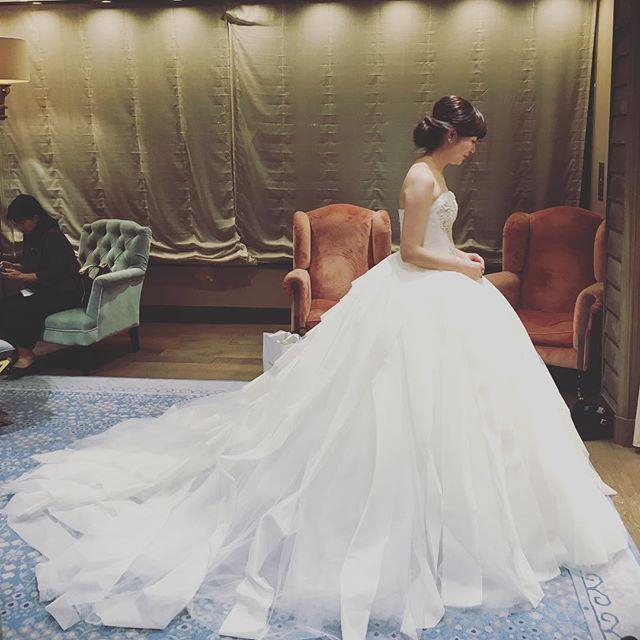 2016.11.12#thetreatdressing  前撮りの最終フィッティング。 #パニエ によってドレスの雰囲気が本当変わってくるなと思ったので、色々試させてもらいました。 そして、ドレスをより#プリンセスライン に見せてくれるこの大きめのパニエに決定✨ #mydress が自分の理想に近づいていく感じがたまらなかったです ・ ・ ・ #プレ花嫁 #verawang #liesel #verawangdress #verawangliesel #結婚式 #結婚式準備 #wedding #weddingdress #wedding準備 #ウェディングドレス #ウェディングニュース #トリートドレッシング #treatdressing #2016冬婚 #ちーむ1223 #ウェディングソムリエアンバサダー #リーゼル #リーゼル花嫁 #パレスホテル東京 #palacehoteltokyo #bride #marry花嫁