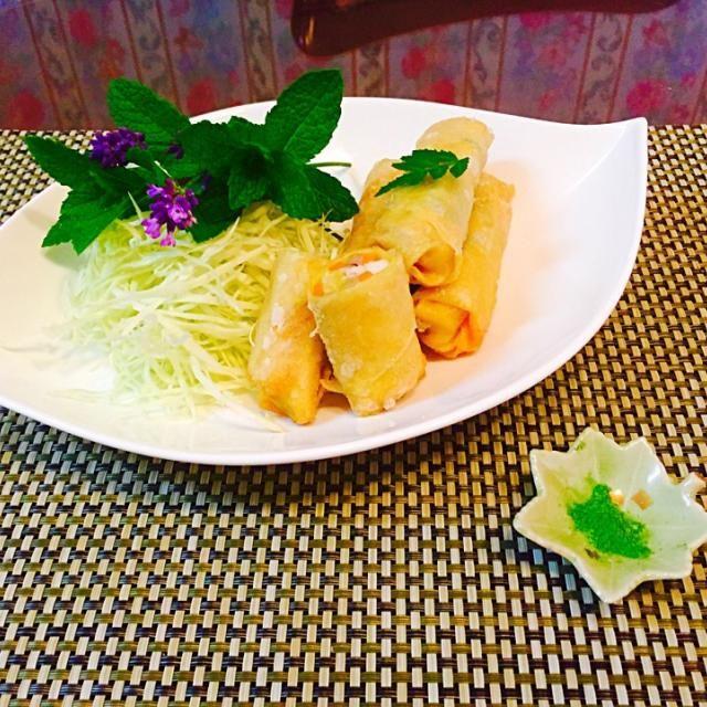 中華料理の材料、珍しい乾燥豆腐で包ンダ春巻きです。春巻きの中身は、貧血、お疲れに良い食材を使用しました。 付け合わせのミントの葉とラベンダーの香りも薬膳効果を手助けしてます。 - 7件のもぐもぐ - 乾燥豆腐の春巻き by madameparis3