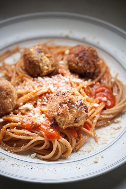 """Wegańska klasyka zdodatkiem masła orzechowego orazsuszonych pomidorów.Do tego makaron razowy isos pomidorowy, albosałatka. Palce lizać.  Tojeden ztych przepisów, którymi bezproblemu można niejednego mięsożercę przekabacić na wegańską stronę. """"Klopsiki"""" są jędrne, chrupiące ipyszne. Bez cholesterolu… Read More"""