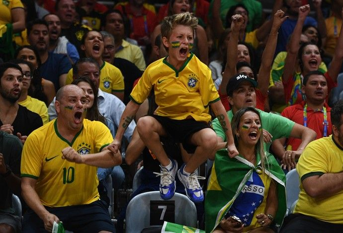 GALERIA - Torcedores brasileiro comemora ponto no jogo de vôlei feminino entre Brasil e China (Foto: David Ramos/Getty Images)