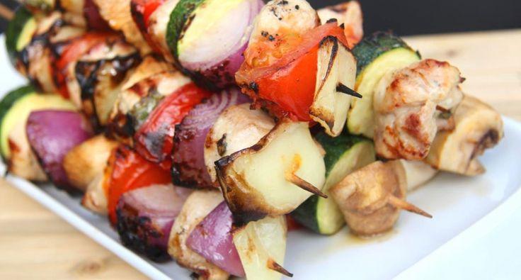 Przepis na szaszłyki z kurczaka: Jednym z ulubionych letnich przysmaków na grilla są szaszłyki. Ten przepis jest jednym z moich ulubionych! :) Możemy je zrobić z mięsa kurczaka lub indyka!