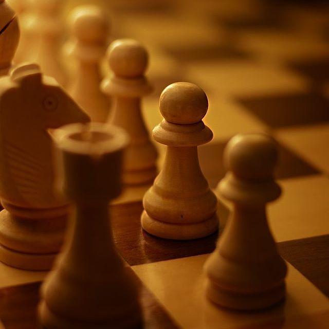 Человек действует в жизни подобно тому, как двигает фигуры на доске, тут нечего добавить. В каждом ходе видна сущность характера. Альберт Санчес Пиньоль. ♞♘ #цитата #шахматы #доска #ход #фигуры...