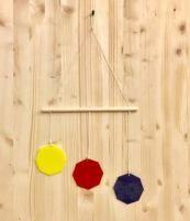 Questa giostrina è adatta ai bambini di circa un mese e mezzo, che faticano a distinguere le tonalità di colore vicine, ma sono molto attratti dai colori vivaci e forti. E' formata da 3 ottagoni in plexiglass, materiale che riflette la luce e nei 3 colori primari. Questa giostrina viene proposta per il solo senso visivo e pertanto deve essere appesa ad una distanza di 30 cm, fuori dalla portata del bambino e non direttamente sopra il viso.