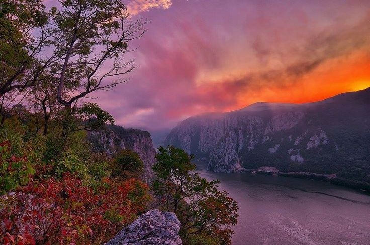 """Drumul """"Cazanele Dunării""""   Între Eşelniţa şi Plavişeviţa, Dunărea s-a întrecut pe sine şi a creat locul cel mai căutat ca atracţie turistică a defileului: Cazanele Dunării."""