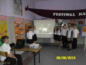 """Moja klasa trzecia na Szkolnym festiwalu w dniu 6.06.2013r. przedstawiła przygotowaną wspólnie prezentację multimedialną pt. """"Trzeciaki z Tikiem"""". Zamieściliśmy tam i omówiliśmy nasze zadania z projektu """"Nowalijki – witaminki w ogródku klasowym"""". Ja obsługiwałem rzutnik, Olga czytała i omawiała slajdy. Było super. Wszystkim się podobała, zostaliśmy nagrodzeni brawami!"""