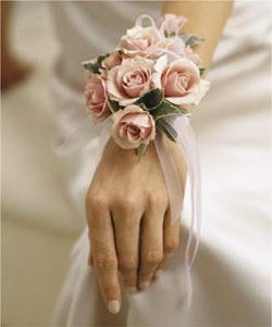 In stead of a normale corsage this hand corsage