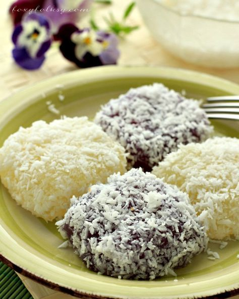 Get this easy recipe for Pichi Pichi. A Filipino dessert made from cassava, sugar and water. Steamed and coated in grated coconut.| www.foxyfolksy.com