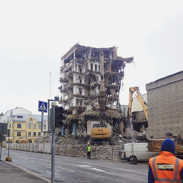 Going Down #demolition #demolitionsite #buildingdemolition #rakennuspurku #purkutyömaa #urban #urbanlife #urbanruins #ruins #rauniot by hforhelsinki