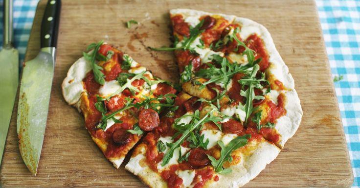 De meeste keukenovens zijn niet krachtig genoeg om pizza's te bereiden zoals het hoort. Voor een echt geslaagd resultaat moet je ze immers kort en krachtig bakken op een hoge temperatuur. Maar daar heeft Jeroen een mouw aan gepast: met zijn barbecue en een pizzasteen tovert hij zo een authentieke pizza op tafel.extra materiaal:een keukenmachine met opzetstuk voor deegeen vijzeleen deegroleen oven die hoge temperaturen aankan (250°C en meer) of een hete barbecue met een pizzasteen (ongeveer…
