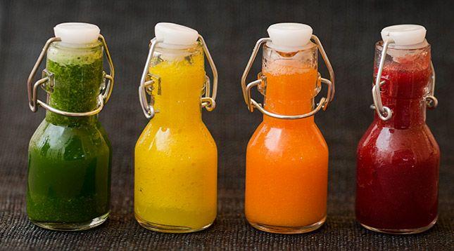 FYRA ENKLA JUICERECEPT  Grön 2 päron 1 selleristjälk 1 näve mynta ca 20 g 1 lime  Gul en halv ananas1 gurka 1 äpple 2 centimeter färsk ingefära  Orange 10 physalis 1 morot 1 apelsin 1 näve mynta, ca 20 g  Röd 2 granatäpplen