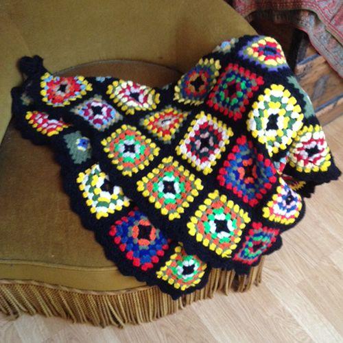 Trés belle couverture pour bébé, en laine tricoté main au crochet Granny Square…