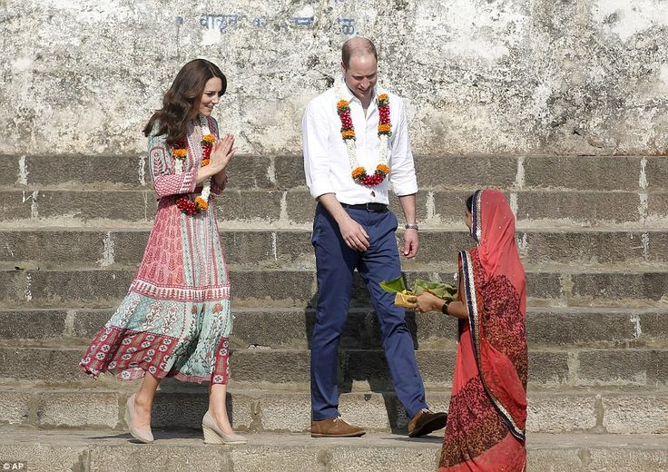 Prince William and Kate Middleton meet Mumbai's 'slumdog' children on India trip | Daily Mail Online