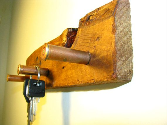 He encontrado este interesante anuncio de Etsy en https://www.etsy.com/es/listing/232767248/rustic-bullet-casing-key-holder-on