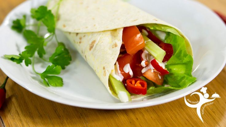 Wegetariańska tortilla z pomidorami, ogórkiem i sałatą