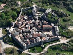 """Le château la Couvertoirade fut édifié en 1249 par les Templiers. Et pendant sept siècles, il les abritera eux et leurs """"héritiers"""", les Hospitaliers, qui prirent possession de leurs biens après 1312. Cette année-là sonne l'abolition de l'Ordre Templiers, à la suite de ce complot géant ourdi par Philippe le Bel contre les Templiers."""