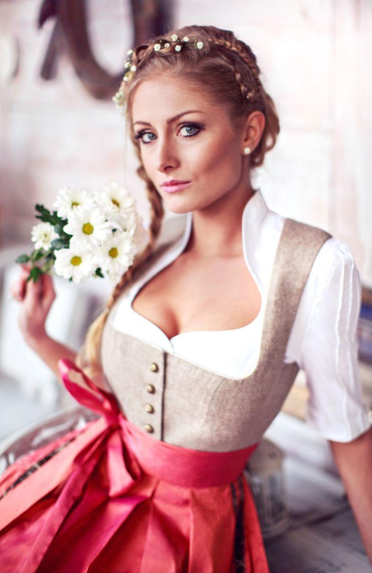 Frühjahr und Sommer mit AlpenHerz Loden Dirndl, eine Kombination aus Fashion und Tradition.  Passender Schmuck, Dirndlbluse und natürlich auch wunderschöne Flechtfrisur mit Blumen sorgen für den perfekten Look! https://www.alpenherz.de/shop/damen/dirndl/