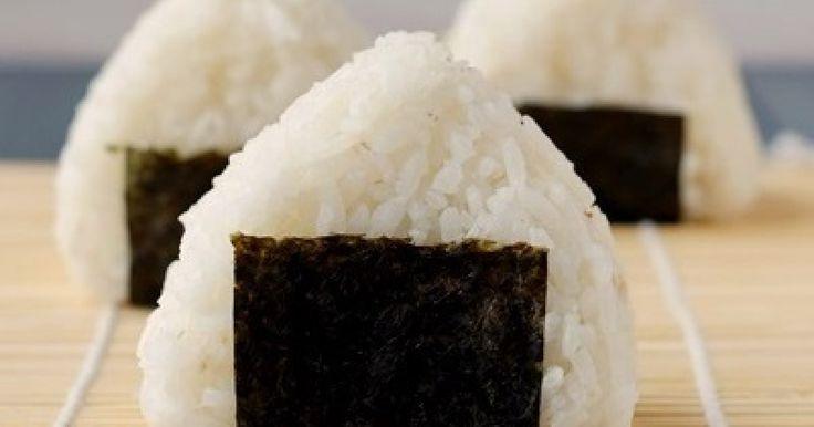 Romonas Rezept für Onigiri verrät eine  alternative Zubereitung von Sushireis. Gefüllte japanische Reisbällchen mit besonderer Würze.