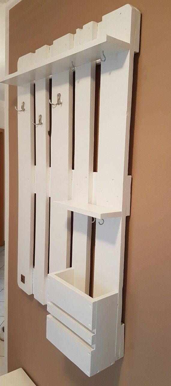 Palettenmöbelschrank in Weiß   – Garderobe