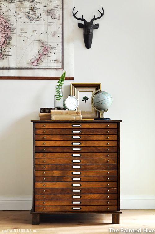 Je veux ce meuble à plans rénové par The Painted Hive! Plus de photos et d'inspirations sur le site.