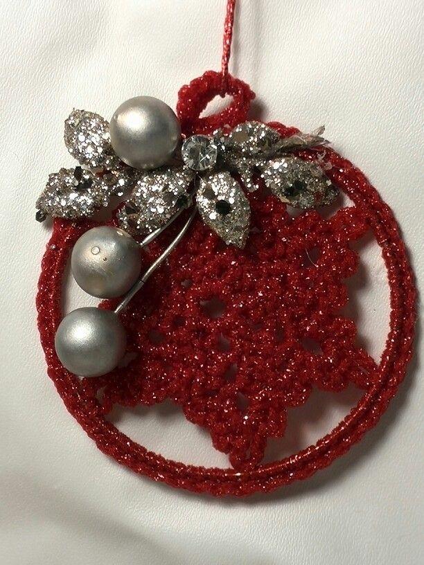 Decorazione natalizia a crochet con filato lurex a cui ho applicato dei decori