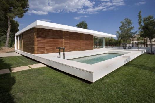 Un plano, un material que es plegado en si mismo para formar un espacio que es piso y techo, para ser una casa.