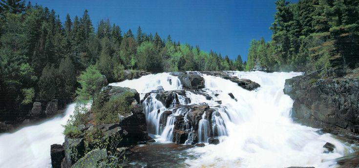 Le Parc régional des Chutes-Monte-à-Peine et des Dalles est traversé par la rivière l'Assomption, qui compte trois puissantes chutes. Des ponts enjambant la rivière permettent d'en faire l'observation et 17 kilomètres de sentiers ont été aménagés. -- The Parc régional des Chutes-Monte-à-Peine et des Dalles (Chutes-Monte-à-Peine et des Dalles regional park) is crosssed by the l'Assomption river, whose three powerful waterfalls can be observed from bridges crossing the river.
