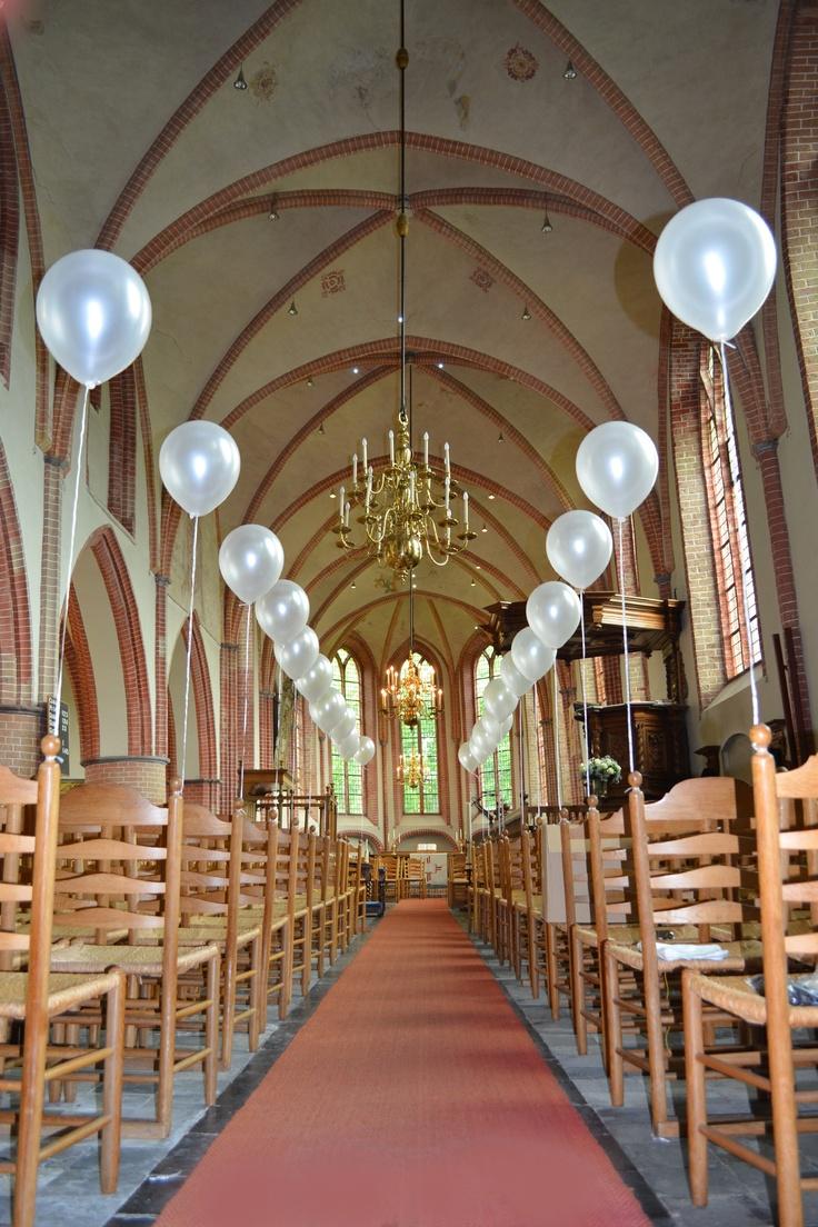 Een kerk saai om in te trouwen? Niet als je de locatie mooi aankleed met stijlvolle trouwballonnen van www.hiephiepballon.nl!