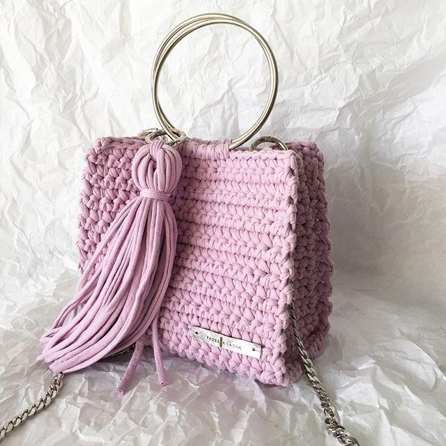 Всем  Когда смотришь на @mariaviskunova , то начинаешь вязать из розового  А эта крутятская сумочка в свободной продаже  ✔️3890₽ Кому? Поднимайте руки