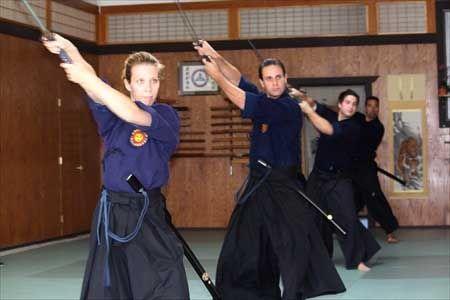 Tradicionális Japán Kardművészet ---------- Szeged Budokan ---------- Az Enshin Itto-ryu Battojutsu szellemisége, a szamurájok tanításai és mozgás kultúrája számos olyan hasznos tapasztalatot rejtenek, melyeket a hétköznapi életünkben is kiválóan alkalmazhatunk.