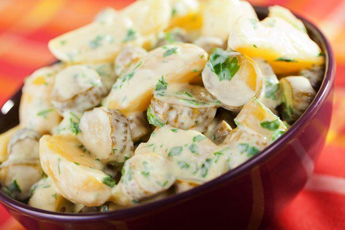 Kartoffelsalat Prov Disse 2 Fantastiske Opskrifter Pa Hjemmelavet Kold Kartoffelsalat Kartoffelsalat Aftensmad Madopskrifter