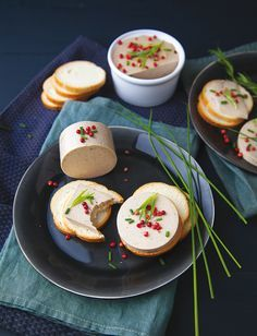 Recette Terrine façon foie gras  : Laver et émincer les shiitakés et les faire revenir avec l'huile d'olive dans une poêle à feu moyen pendant environ 8 minutes. Mixer avec le tofu soyeux à l'aide d'un mixeur plongeur. Dans une petite casserole, mélanger l'agar-agar, l'armagnac et...