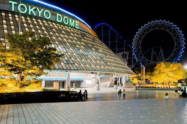 """El Tokyo Dome o """"Domo de Tokio"""" es el estadio más famoso de Japón y en donde se realizan decenas de actividades tanto deportivas, espectáculos y conciertos musicales. El Tokyo Dome se encuentra en Shinjuku, Tokio y fue construido en la década de los 80´s; abrió oficialmente sus puertas el 17 de marzo de 1988 siendo hasta el día de hoy el campo de entreno del equipo de béisbol profesional japonés, Yomiuri Giants. Y el estadio cubierto más grande del mundo."""