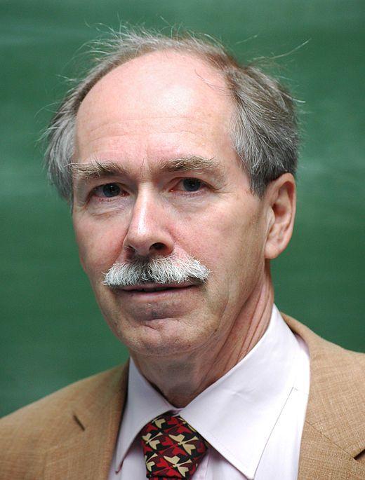 Gerard 't Hooft, né le 5 juillet 1946 au Helder aux Pays-Bas, est un physicien néerlandais. Il est professeur à l'Institut de physique théorique de l'université d'Utrecht depuis 1977. Il est colauréat avec Martinus Veltman du prix Nobel de physique de 1999 pour des travaux sur la structure quantique servant en physique des particules.