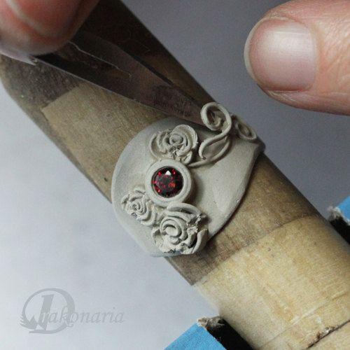 Sono lieto di presentare il Giardino delle Rose anello come mia terza esercitazione. Lo consiglio a coloro che hanno già lavorato con tecnica di argilla del metallo, o molto ambiziosi principianti:). Giardino di rose anello è grande proposta per coloro che amano gioielli glamour, fiorito. Essendo abbastanza avanzato questo tutorial non presenta basi del lavoro con largilla del metallo (ad esempio controllo di coerenza di argilla, mantenendo lumidità di argilla, essiccazione ecc.). Questa…